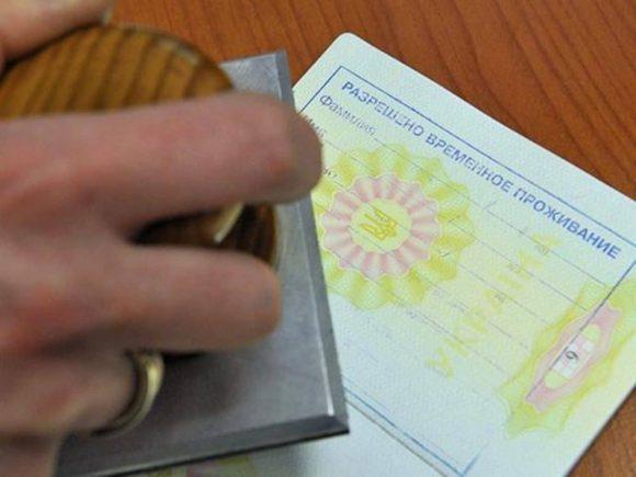 С 10 ноября кыргызстанцы смогут оформить разрешение на временное проживание в РФ